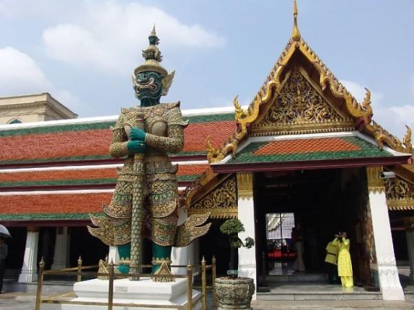 Храм изумрудного Будды в Бангкоке фото