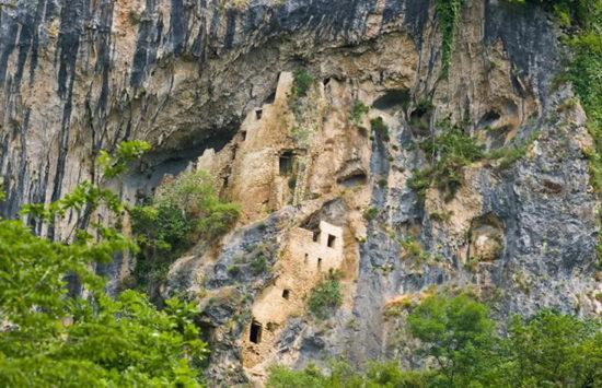 Село Отхара и скальный монастырь